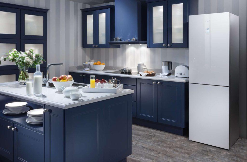 Холодильник в интерьере кухни в темно-синем колорите