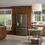 Холодильник в интерьере кухни встроен в коричневый гарнитур