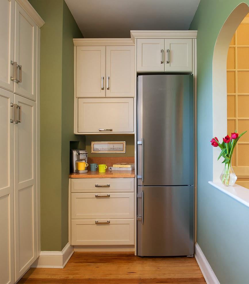 Холодильник в интерьере кухни, встроенный в шкаф