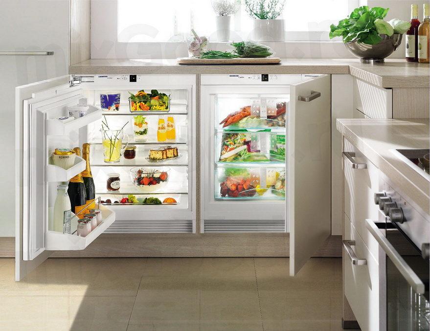 Холодильник в интерьере кухни встроенный в тумбочку