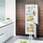 Холодильник в интерьере кухни замаскирован под шкаф