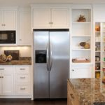 Холодильник в интерьере небольшой кухни