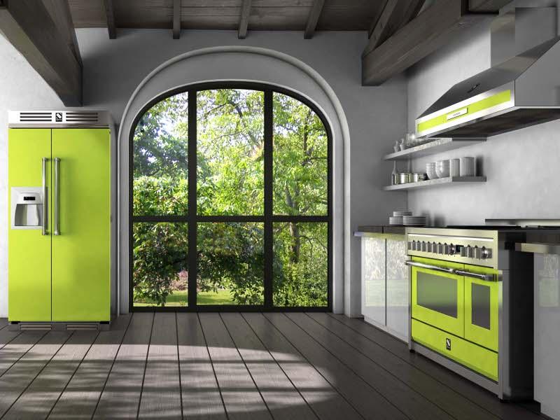 Холодильник зеленого цвета в интерьере кухни с созвучными акцентами