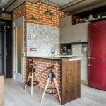 Красный холодильник в интерьере кухни стиля лофт