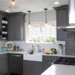 Серая палитра гарнитура кухни с белыми потолком и столешницами