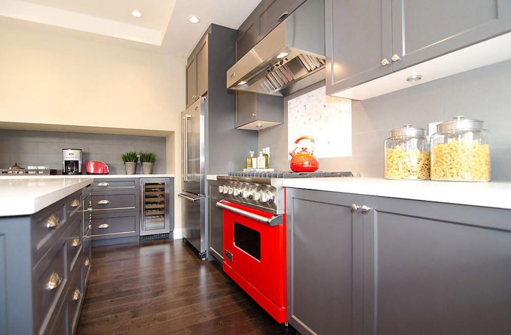 Серая палитра кухни акценты в предметах интерьера