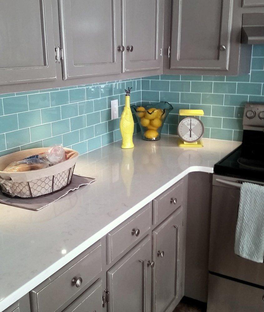 Серая палитра кухни и голубой цвет