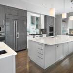 Серая палитра кухни комбинация с белой мебелью