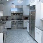 Серая палитра кухни пол и столешница под гранит