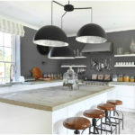 Серая палитра кухни разбавлен белыми потолком