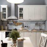 Серая палитра кухни с белым гарнитуром
