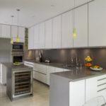 Серая палитра кухни с белым верхом
