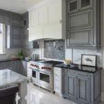 Серая палитра кухни в классическом стиле