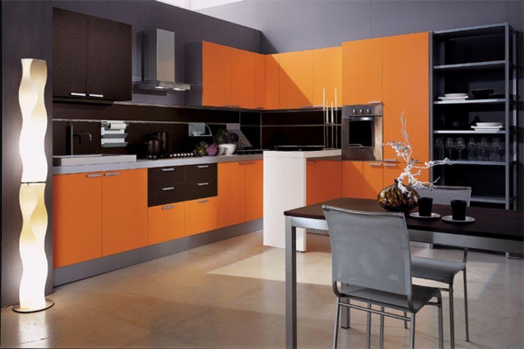 Серая палитра кухни в сочетании с оранжевым