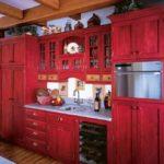Сочетание цветов интерьер кухни холодный красный и светлый коричневый в стиле рустик