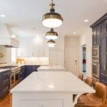 Современная кухня черная и белая мебель