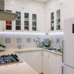 Современная кухня фартук из кафеля шкафы на третьем ярусе