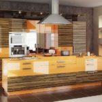 Современная кухня глянцевая текстура под дерево