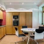 Современная кухня керамическая плитка и гарнитур под орех