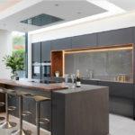 Современная кухня с бар-стойкой