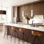 Современная кухня шоколадная гамма широкая бар-стойка