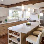 Современная кухня светлый гарнитур деревянный пол и потолочная балка
