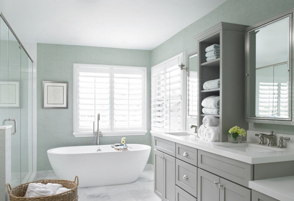 светлая ванная с окном