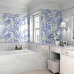 ванная комната с окном в светлых тонах