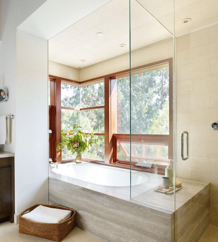 деревянные рамы у окна в ванной