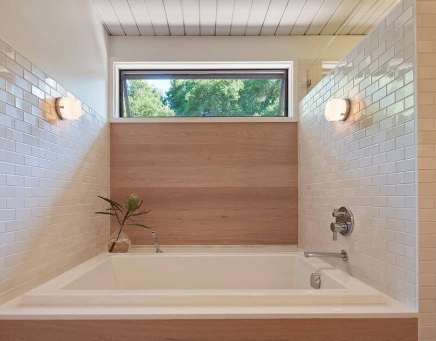 ванная комната с окном наверху