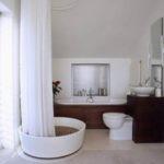 ванная комната с окном и с душевой кабиной