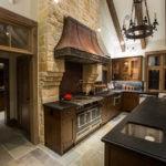 Вытяжка на кухне отделанная декоративным камнем