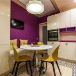 Фиолетовая кухня с желтыми стульями
