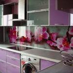 Фиолетовая кухня со встроенной техникой