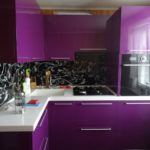 Фиолетовая кухня с черным цветом