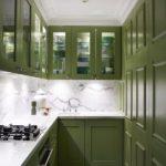 дизайн узкой кухни зеленый гарнитур