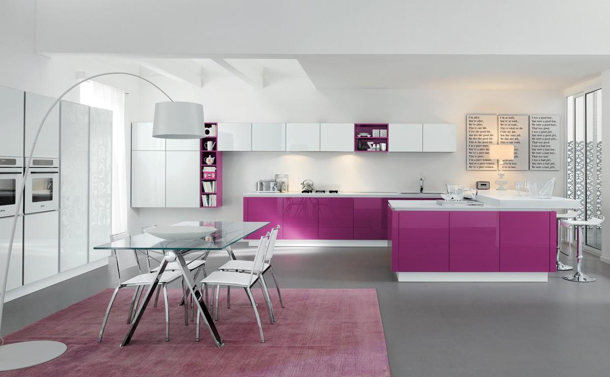 Фиолетовая кухня с глянцем
