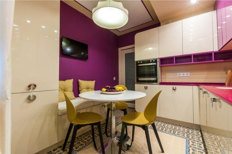 Фиолетовая кухня с золотыми и желтыми оттенками