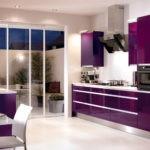 Фиолетовая кухня со стальным цветом