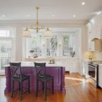 Фиолетовая кухня с барной стойкой