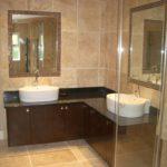 Просторная ванная комната с бежевой плиткой