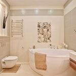 Цвеочные мотивы в бежевой ванной комнате