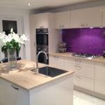 Фиолетовая кухня с мойкой