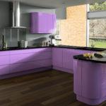 Фиолетовая кухня в ярких цветах