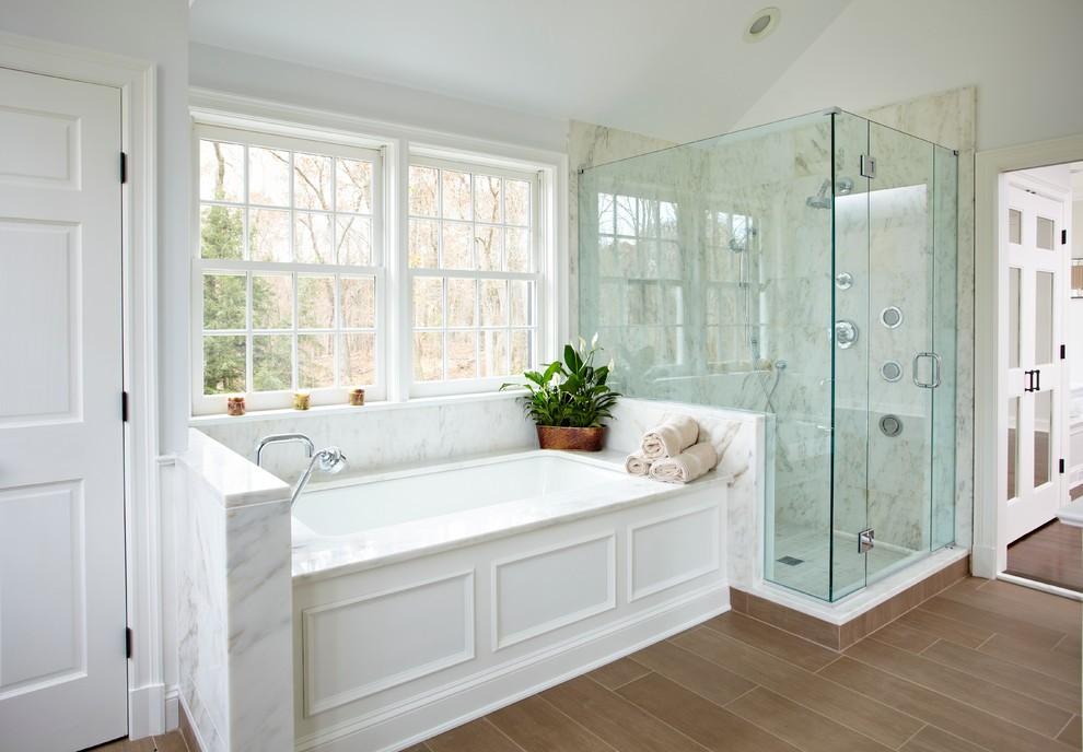 Декор ванной комнаты в американском стиле с белой ванной