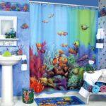 Декор ванной комнаты занавески и коврики в едином стиле