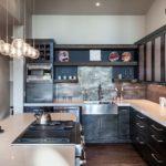 Дизайн кухни в частном доме хай-тек черно-белая гамма