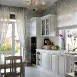Дизайн кухни в частном доме классика линейная планировка мойка у окна