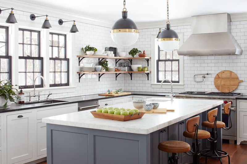 Дизайн кухни в частном доме островной обеденный стол совмещен с мойкой и готовкой