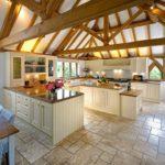 Дизайн кухни в частном доме прованс с П-образным гарнитуром